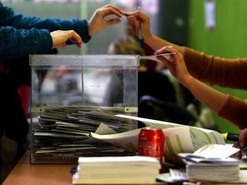 Una ciudadana ejerce su derecho a voto en el colegio Jaume I del barrio de Sants de Barcelona