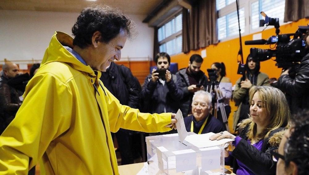 Un votante con un chubasquero amarillo