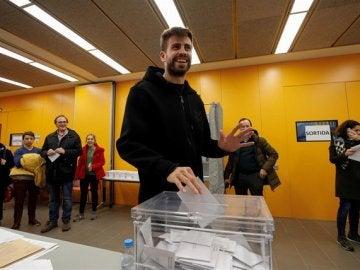 Gerard Piqué deposita su voto en las elecciones de Cataluña