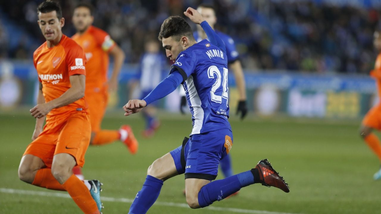 Munir conduce el balón en el partido del Alavés