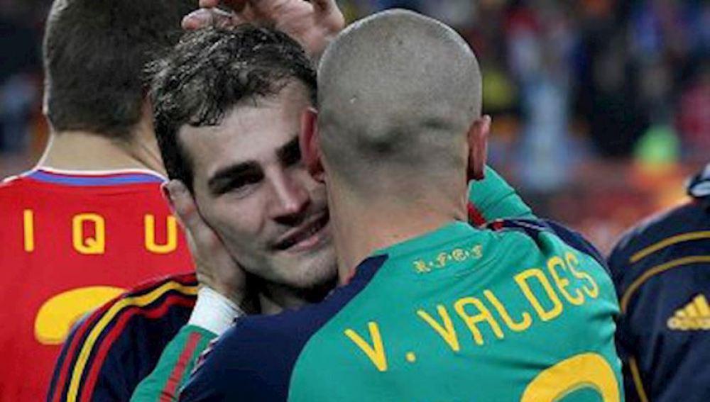 Iker Casillas y Víctor Valdés abrazándose durante un partido de la Roja