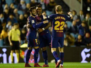 Los jugadores del Barcelona celebran el gol de Arnaiz