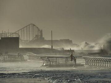 Olas rompen en el paseo marítimo de Blackpool, en Reino Unido