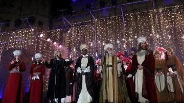 Los tres Reyes Magos, Melchor, Gaspar y Baltasar, y la alcaldesa de Madrid Manuela Carmena