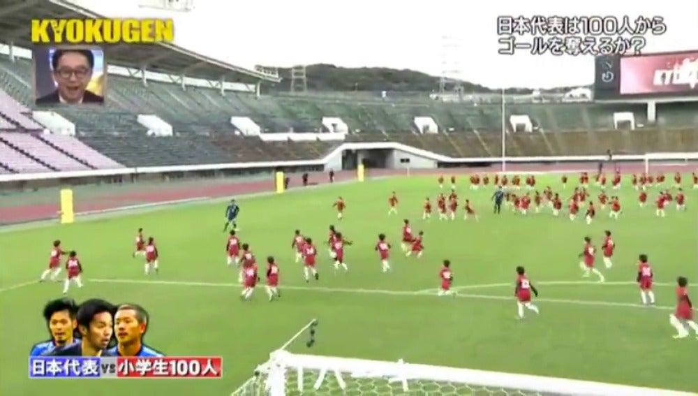 ¿Serán capaces de marcarles un gol? Tres jugadores de la selección japonesa se enfrentan a 100 niños
