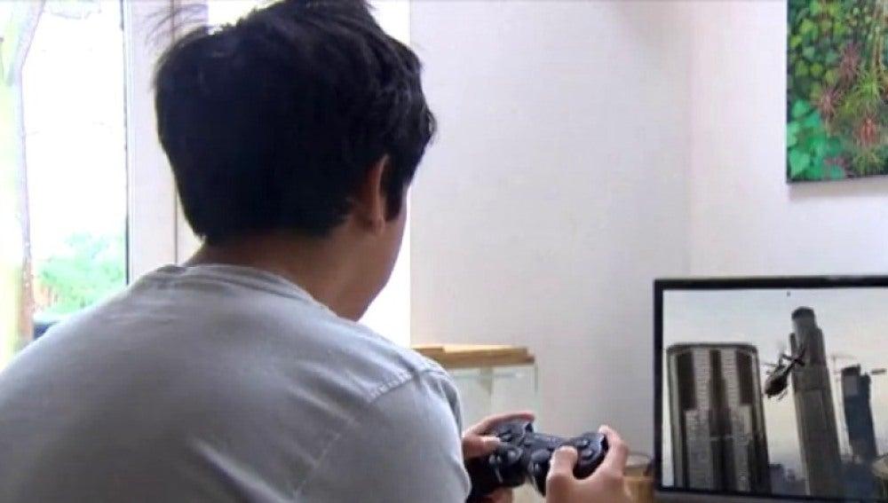 Un niño jugando a la consola