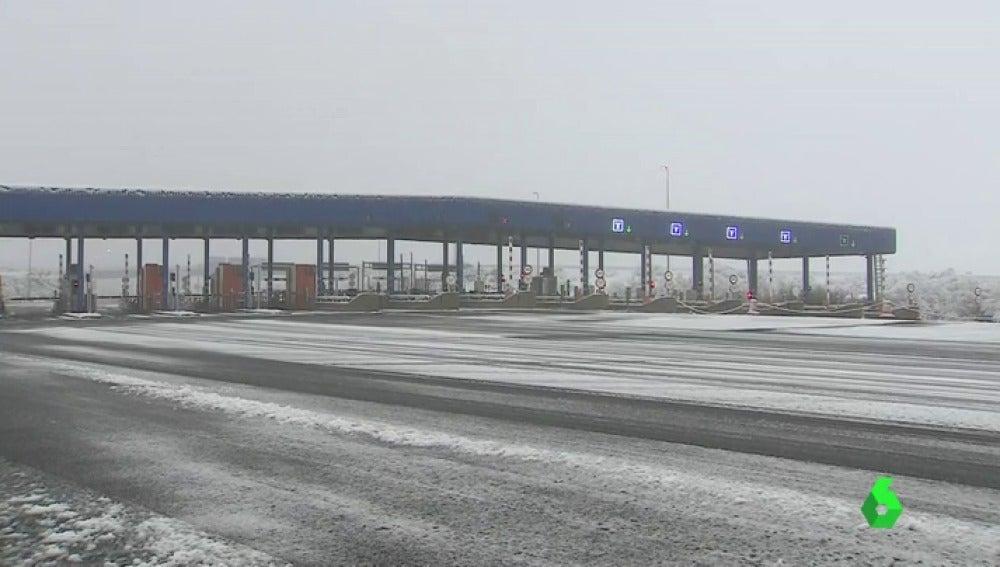 Puertos intransitables, carreteras cortadas, fuerte oleaje… las consecuencias del temporal de nieve que azota a España