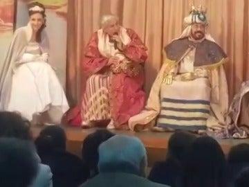 Chiquetete se quita el disfraz de rey mago ante los niños