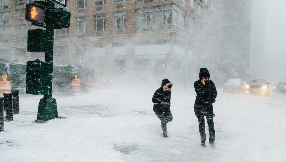 Peatones caminan bajo la nieve un frío día de invierno en Nueva York