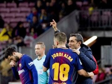 Valverde, dando indicaciones a Jordi Alba durante el partido