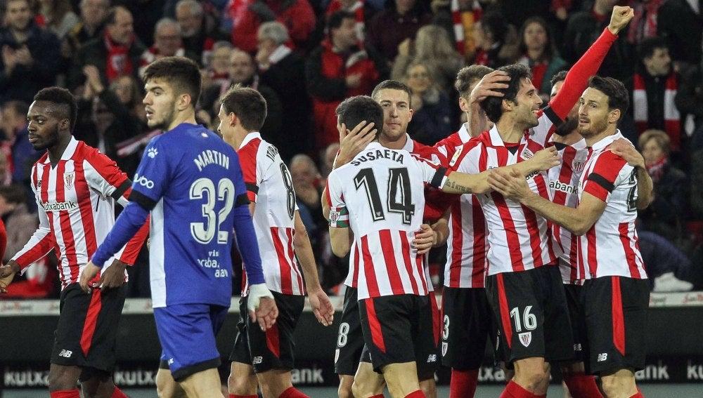 El Athletic celebrando el gol de Etxeita