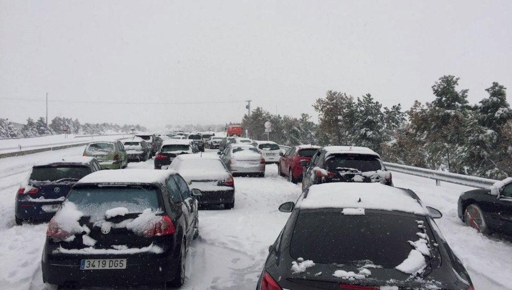 Coches atrapados en la AP-6 por la nieve