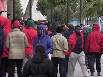 Migrantes que saltaron la valla de Melilla