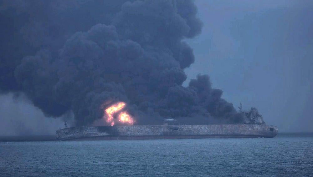 Imagen del incendio del petrolero frente a las costas chinas