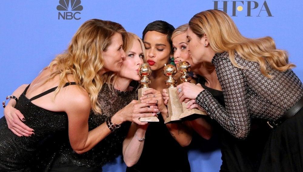 Las actrices Laura Dern, Nicole Kidman, Zoe Kravitz, Reese Witherspoon y Shailene Woodley posan tras ganar el Globo de Oro