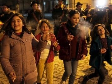 En un pueblo de Portugal se les anima a los niños a fumar durante las celebraciones de la Epifanía