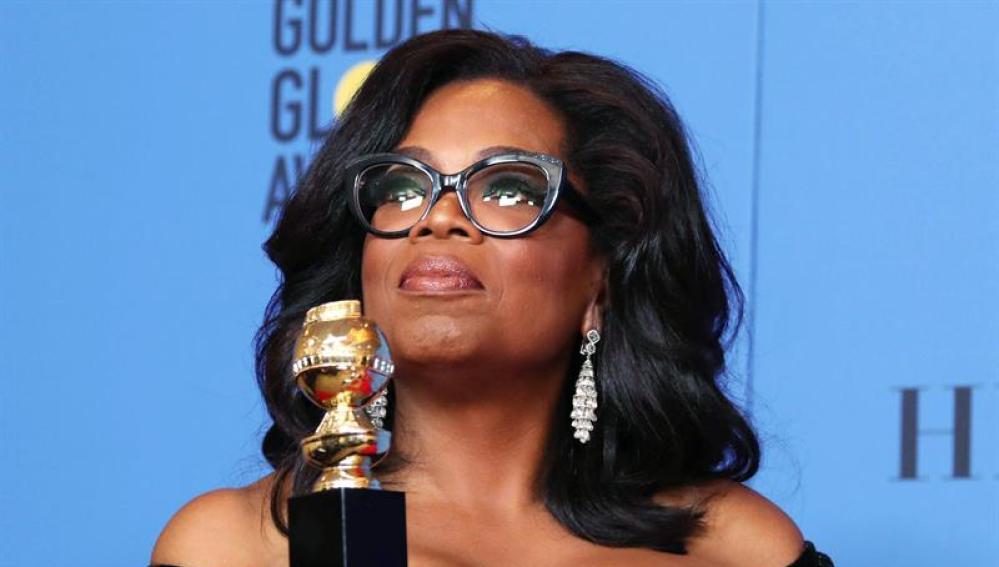 Oprah Winfrey posa con su premio de los Globos de Oro