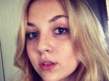 Niamh Baldwin antes de raparse para ayudar a pacientes con cáncer