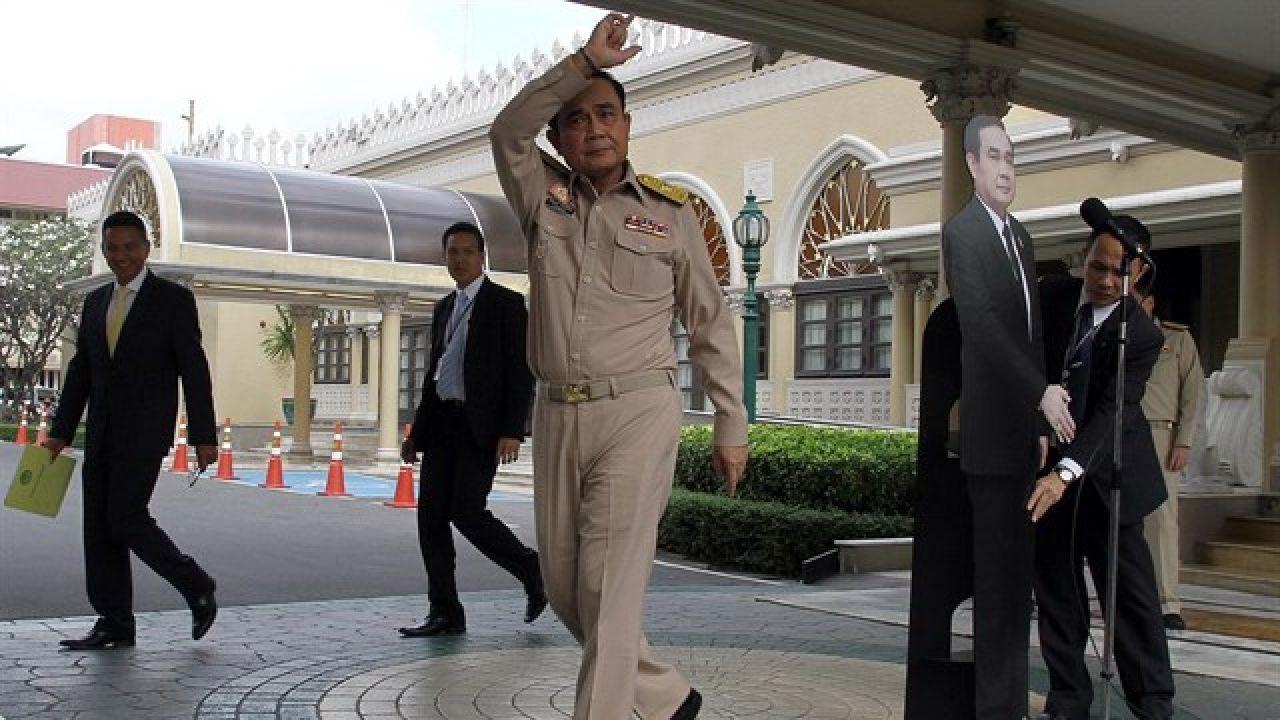 El primer ministro de Tailandia coloca su 'doble' de cartón