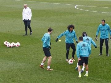Zidane observa a sus jugadores en el entrenamiento del Madrid