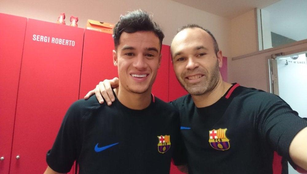 Iniesta posa con Coutinho tras la llegada del brasileño al Barça