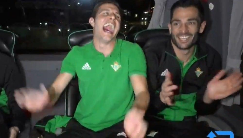 Joaquín, contando un chiste en el autobús