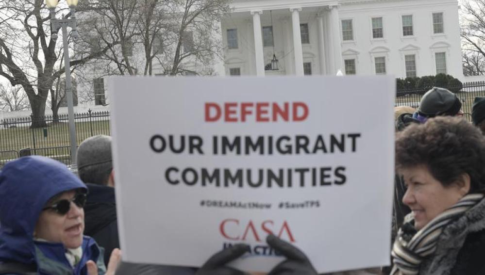 Activistas pro inmigración, líderes comunitarios e inmigrantes protestan frente a la Casa Blanca