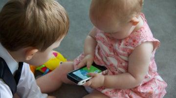 Un bebé con un iPhone