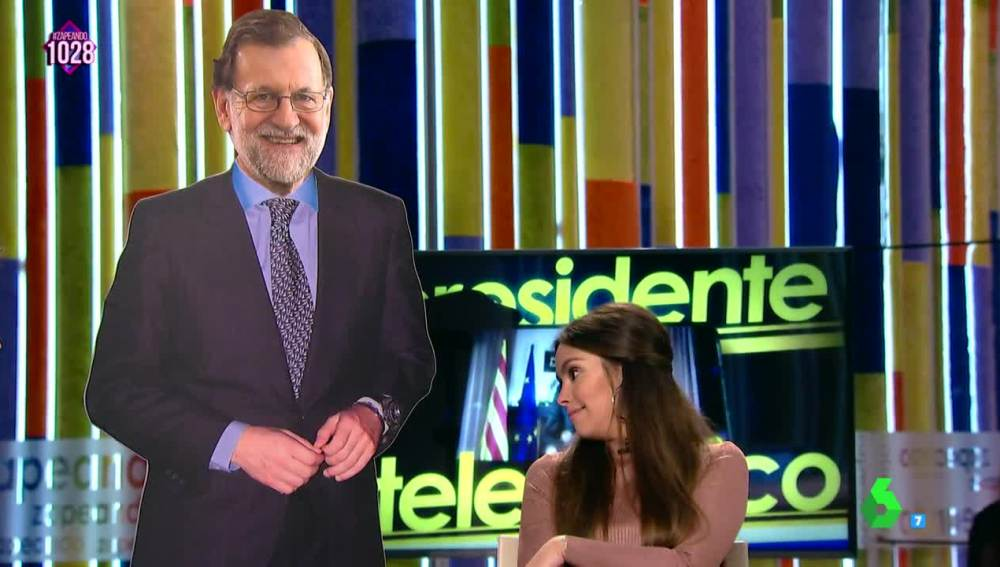 """La descarada mirada de Cristina Pedroche al """"culo cartón"""" de la réplica de Rajoy"""