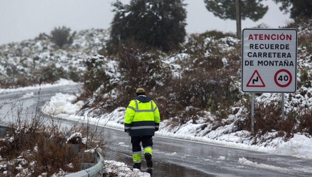 Un operario camina en el cruce de la carretera MA-7306 y la A-397, en Málaga