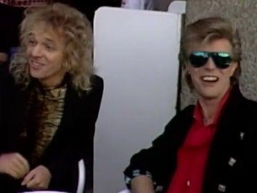 En busca de cervezas, 'peleándose' con peluqueros y robando bolígrafos: así fue el paseo de David Bowie y Peter Frampton en Madrid en 1986