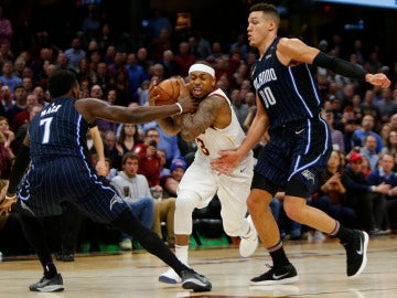 Isaiah Thomas intenta avanzar ante la defensa de los Magic