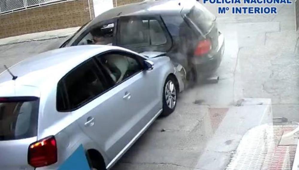Accidente de coche grabado por las cámaras de seguridad de una tienda