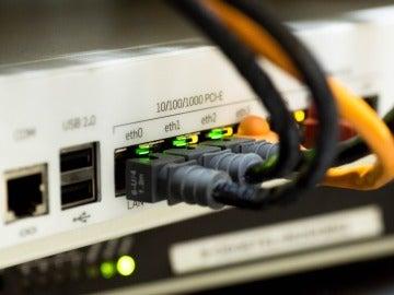 Router con cables RJ-45 conectados