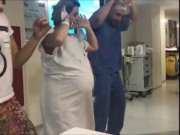 Un ginecólogo brasileño baila con sus pacientes para ayudarlas a dar a luz