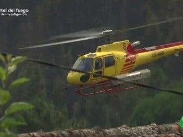 Un helicoptero de una empresa española de extinción apagando un fuego en Portugal