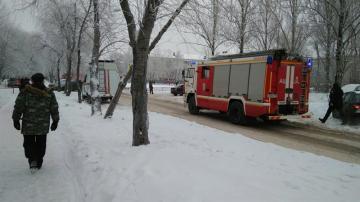 Equipos de emergencia y bomberos inspeccionan los alrededores del colegio