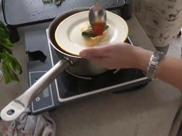 Una cocinera elabora una de las tapas