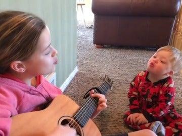 Bo y su hermana Lydia cantando