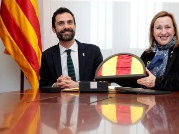 El presidente del Parlament, Roger Torrent, entrega una señera a la alcaldesa de Sant Vicenç dels Horts, Maite Aymerich
