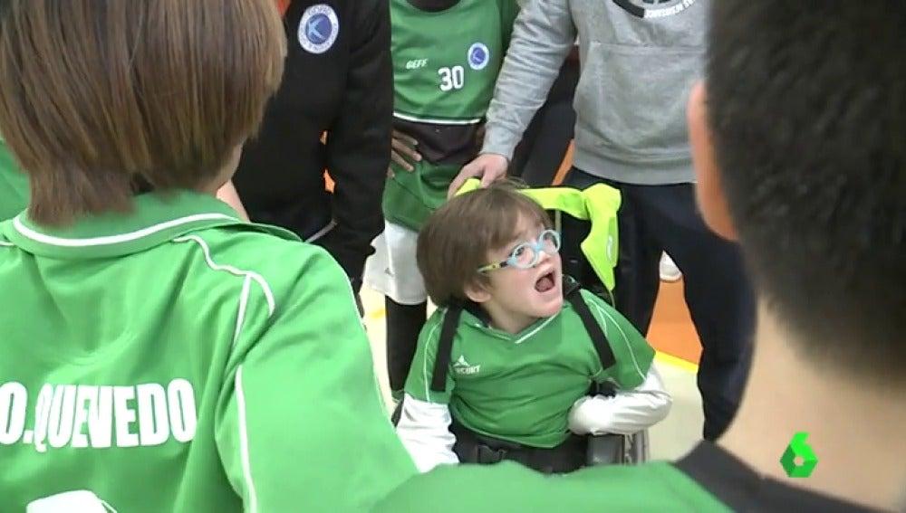 Saúl en su debut en su equipo de fútbol