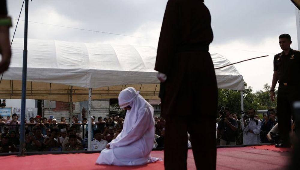 Foto de la novia condenada a recibir 20 latigazos en Indonesia
