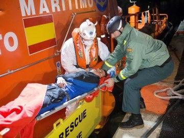 Llegada al puerto de Motril de doce personas de origen magrebí rescatadas por Salvamento Marítimo