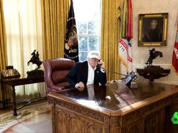 Trump se muestra trabajando en su despacho en el segundo día de bloqueo del Gobierno
