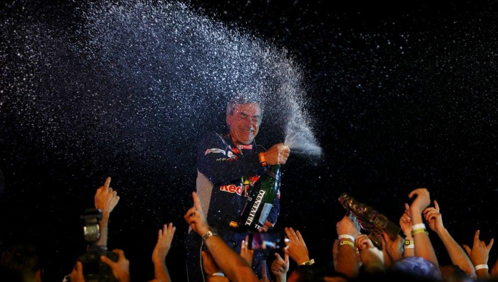 Carlos Sainz celebra su victoria en el Dakar
