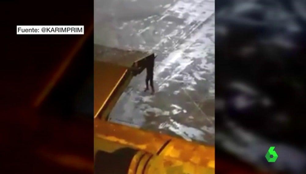 Intenta viajar desde Melilla a Málaga colgado de la rampa de un ferri