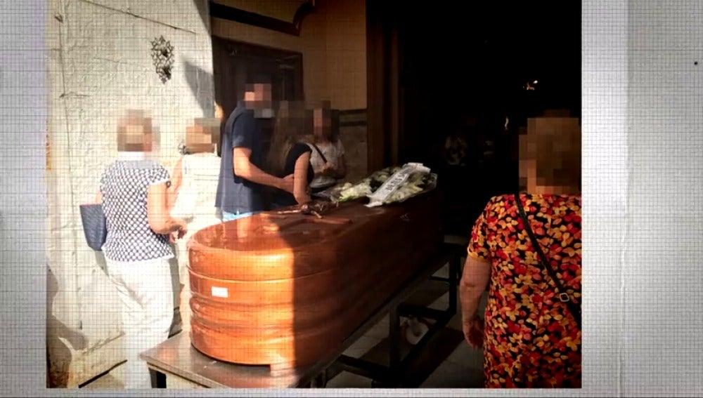 Los vecinos acuden al entierro tras el crimen de Novelda