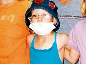 Hannah con una máscara que su madre le obligaba a llevar por la enfermedad