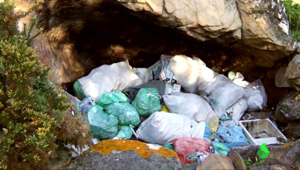 Basura en una cueva prehistórica de Cádiz