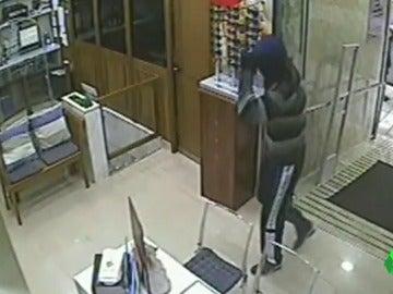 Un hombre atracando una farmacia en Estepona